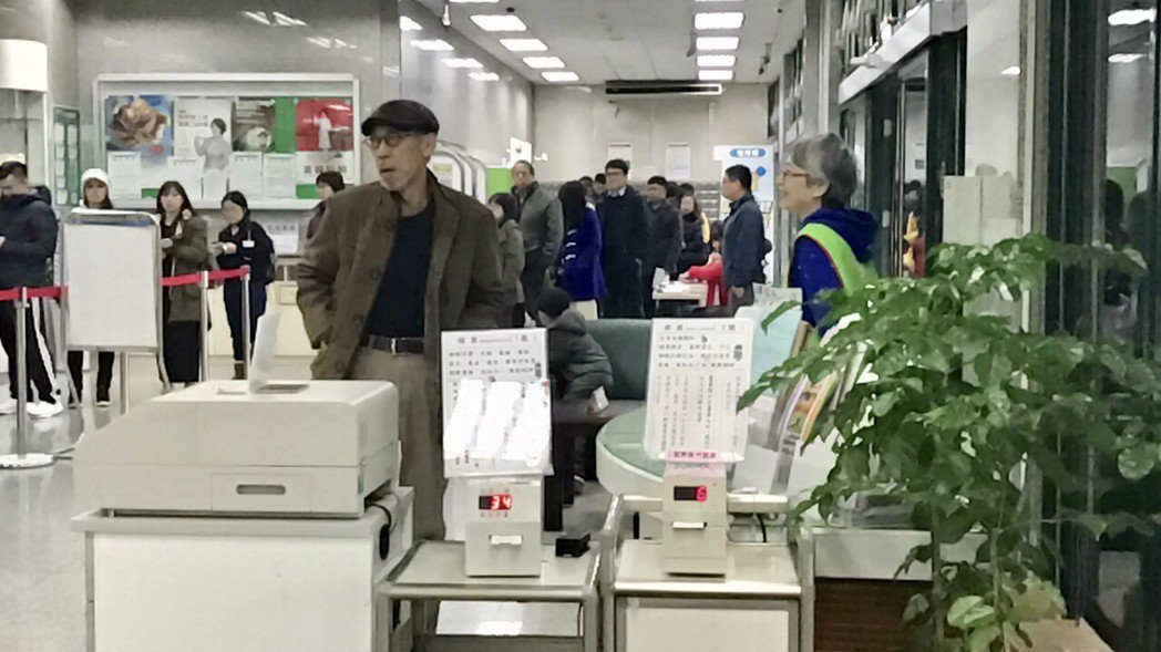馮淬帆在林口的郵局辦事時,撿到路人的提款卡急找義工幫忙處理。記者葉君遠/攝影