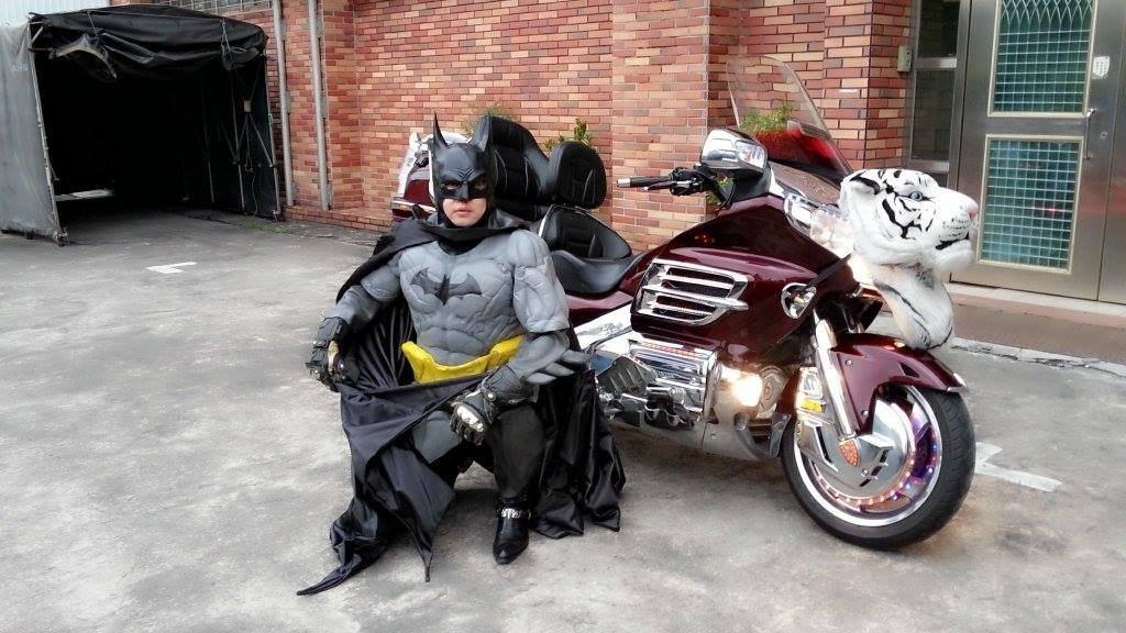 黃炳勳常扮演成蝙蝠俠,甚至曾騎重機上路被民眾拍到,以為真的是蝙蝠俠出動行俠仗義。...
