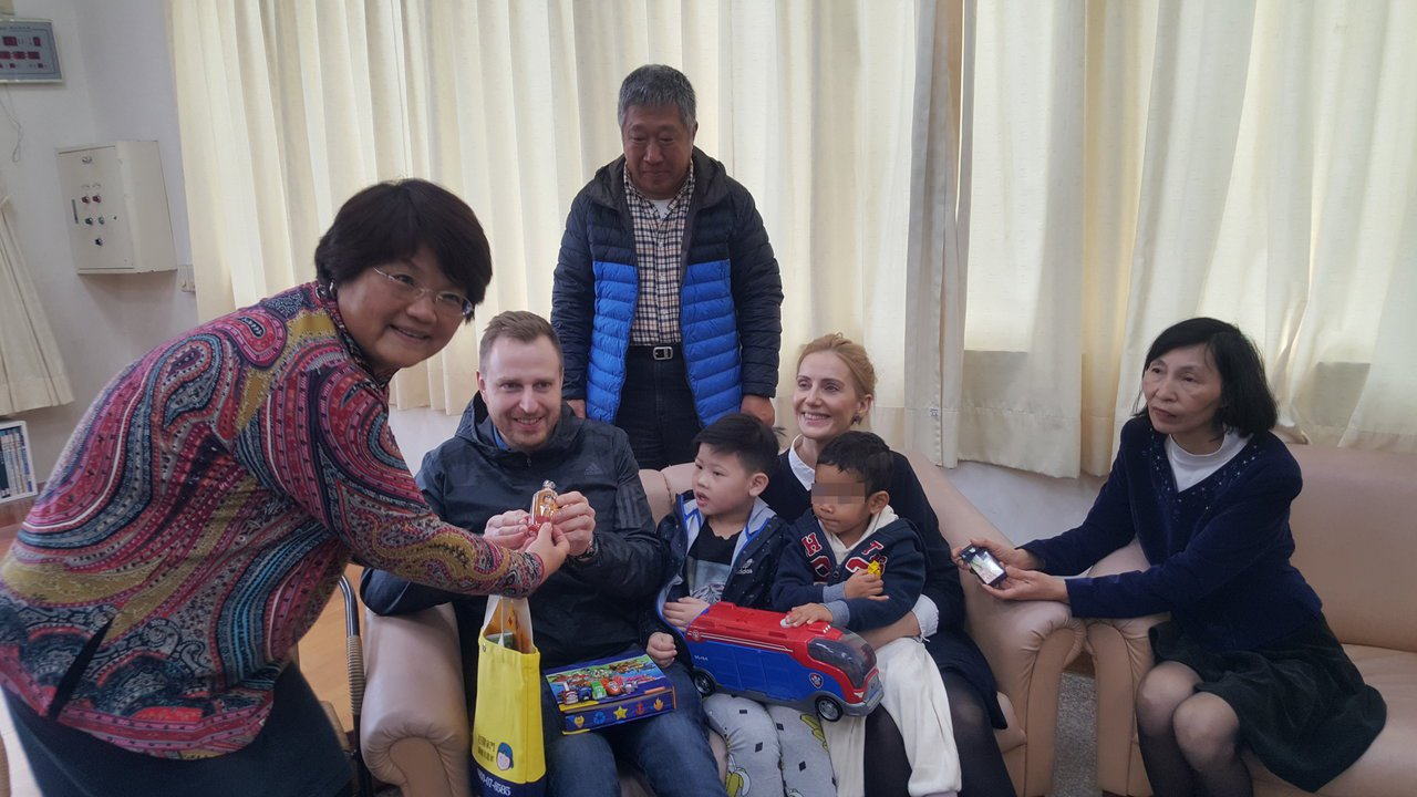 苗栗家扶中心4歲寄養童軒軒(右二)被暱稱為「歐巴馬」,即將與丹麥的收養父母離台,...
