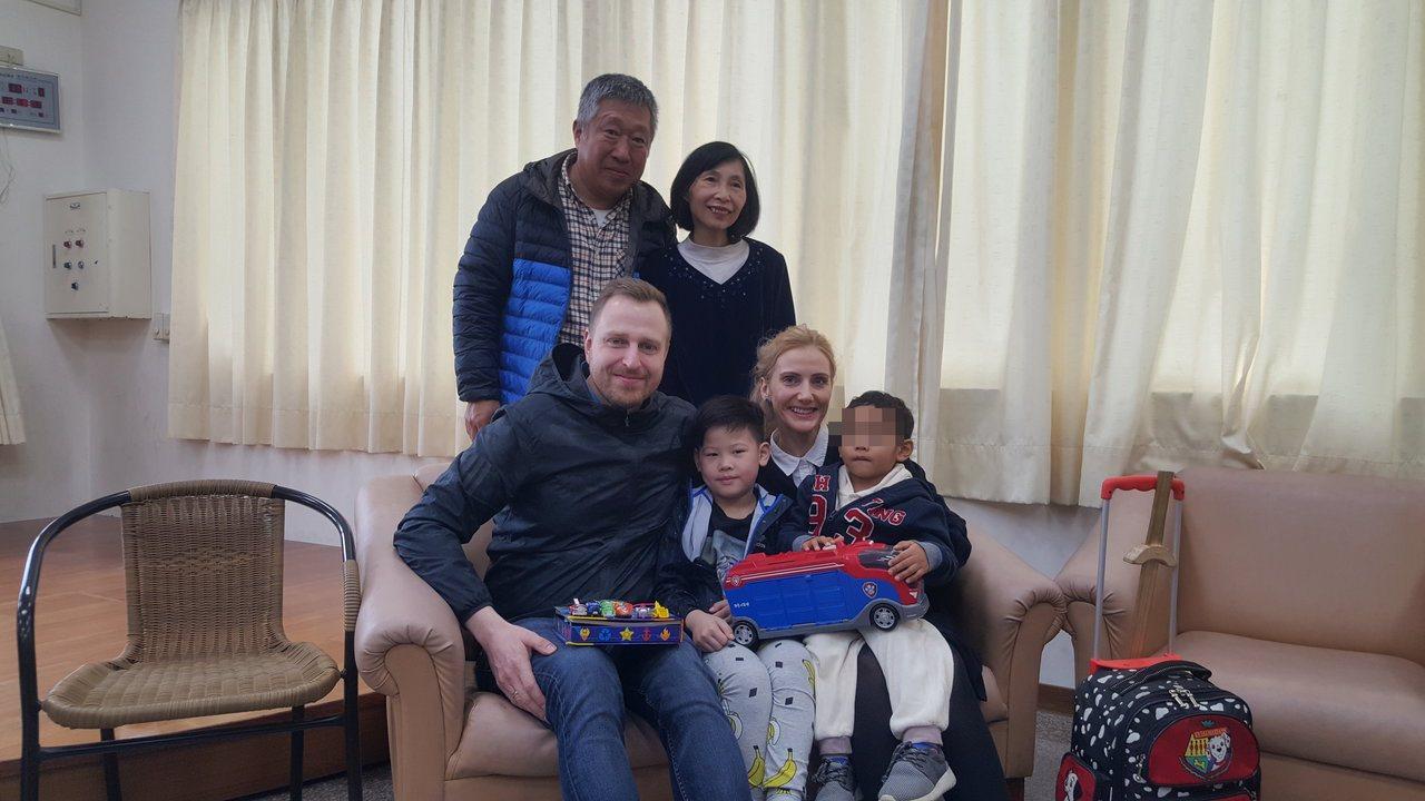 苗栗家扶中心4歲寄養童軒軒(右一)被暱稱為「歐巴馬」,即將與丹麥的收養父母離台,...