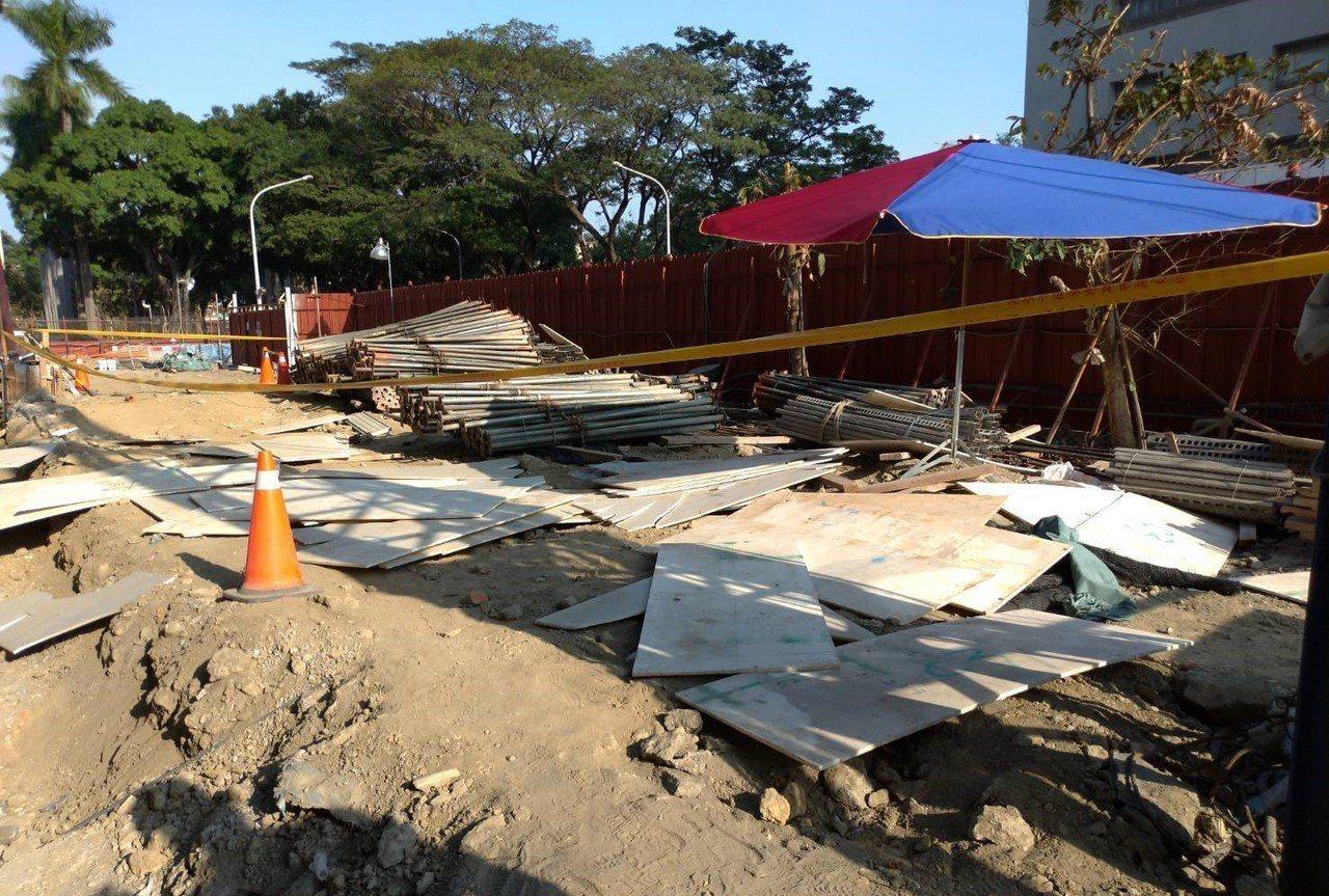 高雄市高齡整合長期照護中心工程傳出工安意外,包商進行板模吊掛作業時,板模突然掉落...