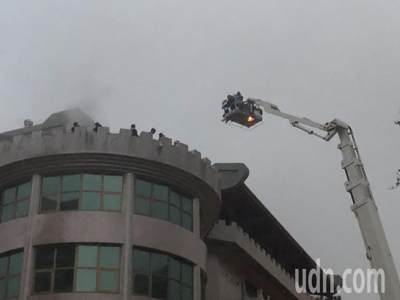 中國文化大學大典館5樓下午發生火警,頂樓受困學生由雲梯車救下來後,疑似嗆傷將送醫...