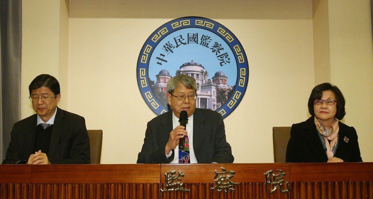 今年1月15日,監院說明彈劾管中閔記者會,中為會議主席陳師孟,左右分別為提案委員...