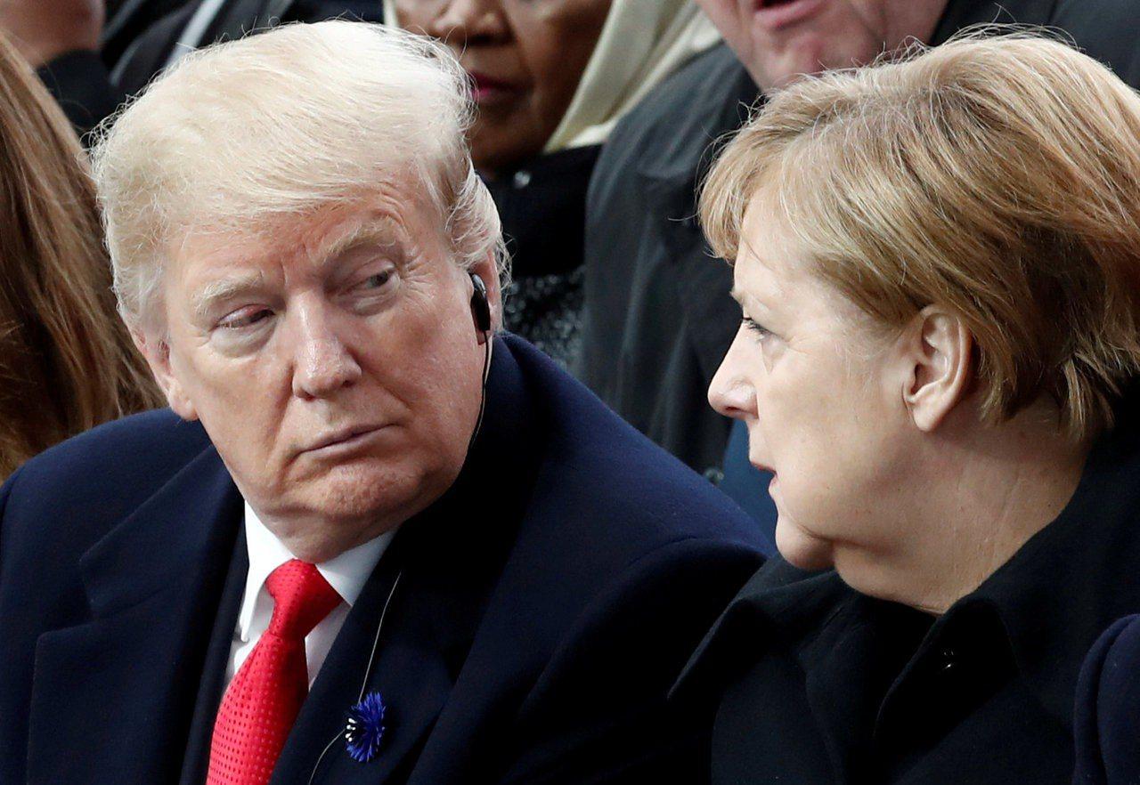 美國總統川普(左)和德國總理梅克爾(右)去年11月在巴黎參加一戰停戰百周年紀念活...