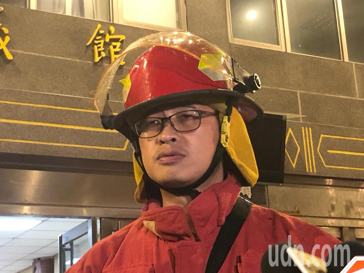 中國文化大學大典館5樓下午發生火警,消防人員說明文大火警救援過程。記者蘇健忠/攝...