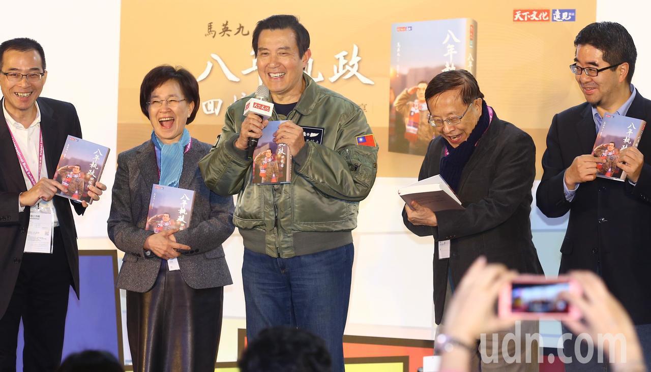前總統馬英九(中)首度以暢銷書作家身分出席台北國際書展及簽書會,特地穿著「八年執...