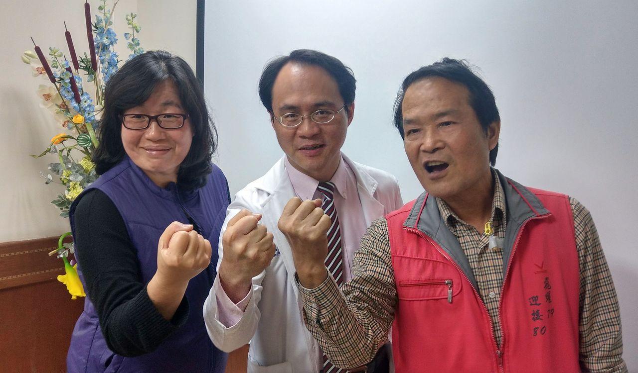 詹姓老闆(右)在妻子(左)和醫師彭正明(中)鼓勵下,積極抗癌。記者趙容萱/攝影