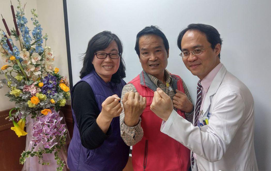 詹姓老闆(中)在妻子(左)和醫師彭正明(右)鼓勵下,積極抗癌。記者趙容萱/攝影
