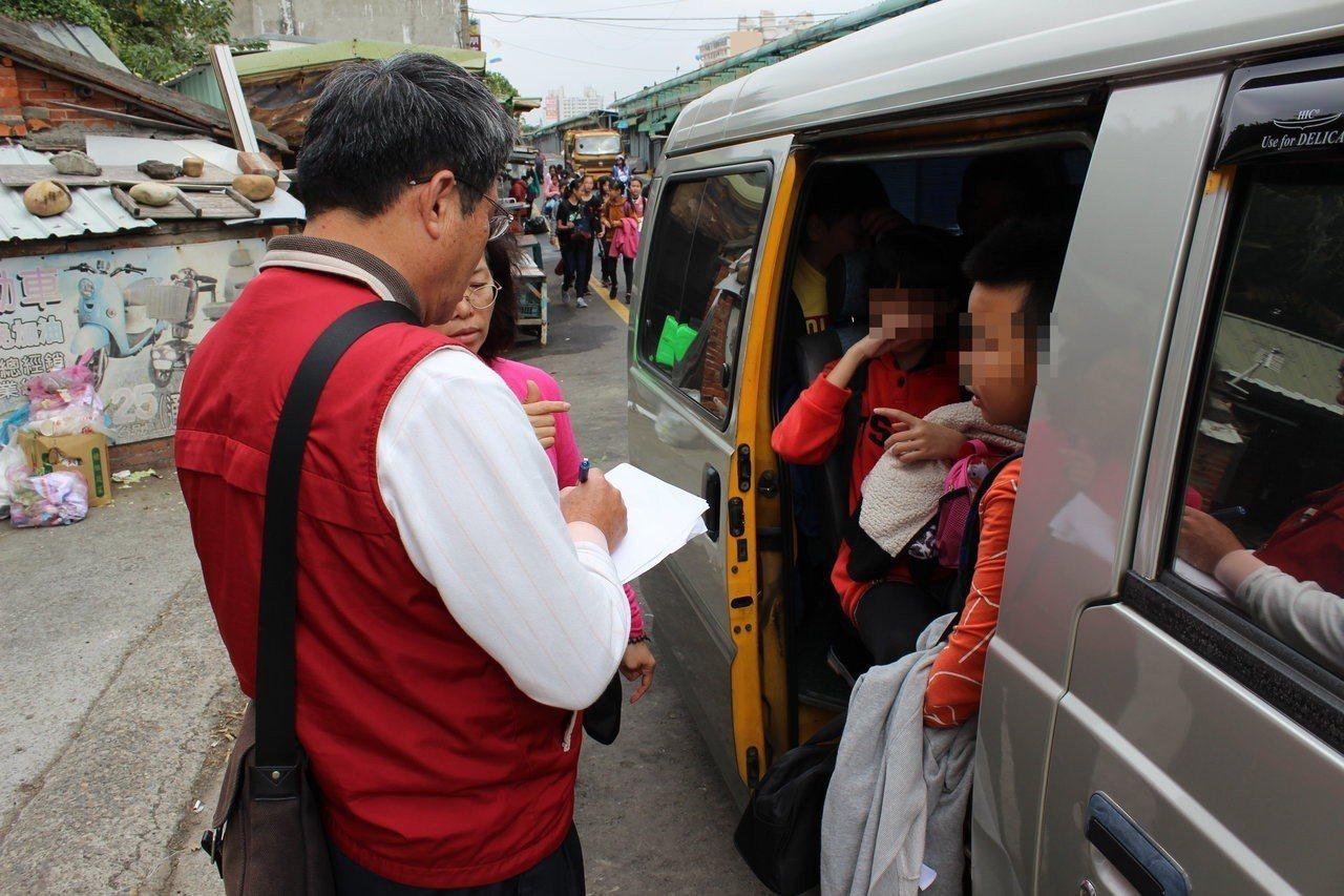 苗栗監理站今天中午在通霄地區聯合稽查接送學生的娃娃車及交通車,當場查獲一輛8人座...