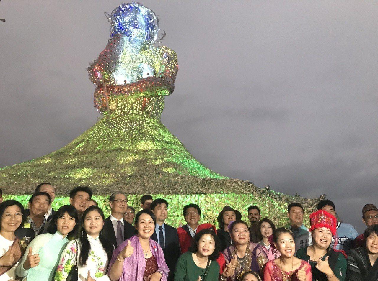 台灣燈會新住民藝術主燈「海之女神」,以5噸鋼材及30萬顆蚵殼串連,燈會結束後將原...