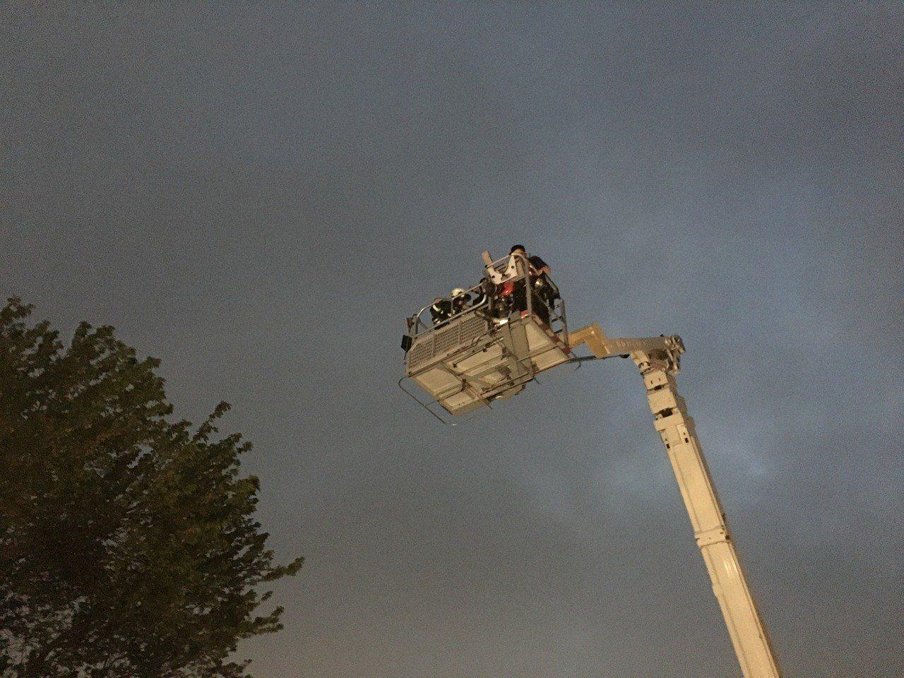 文化大學火警,消防出動雲梯車救援。記者蕭雅娟/翻攝