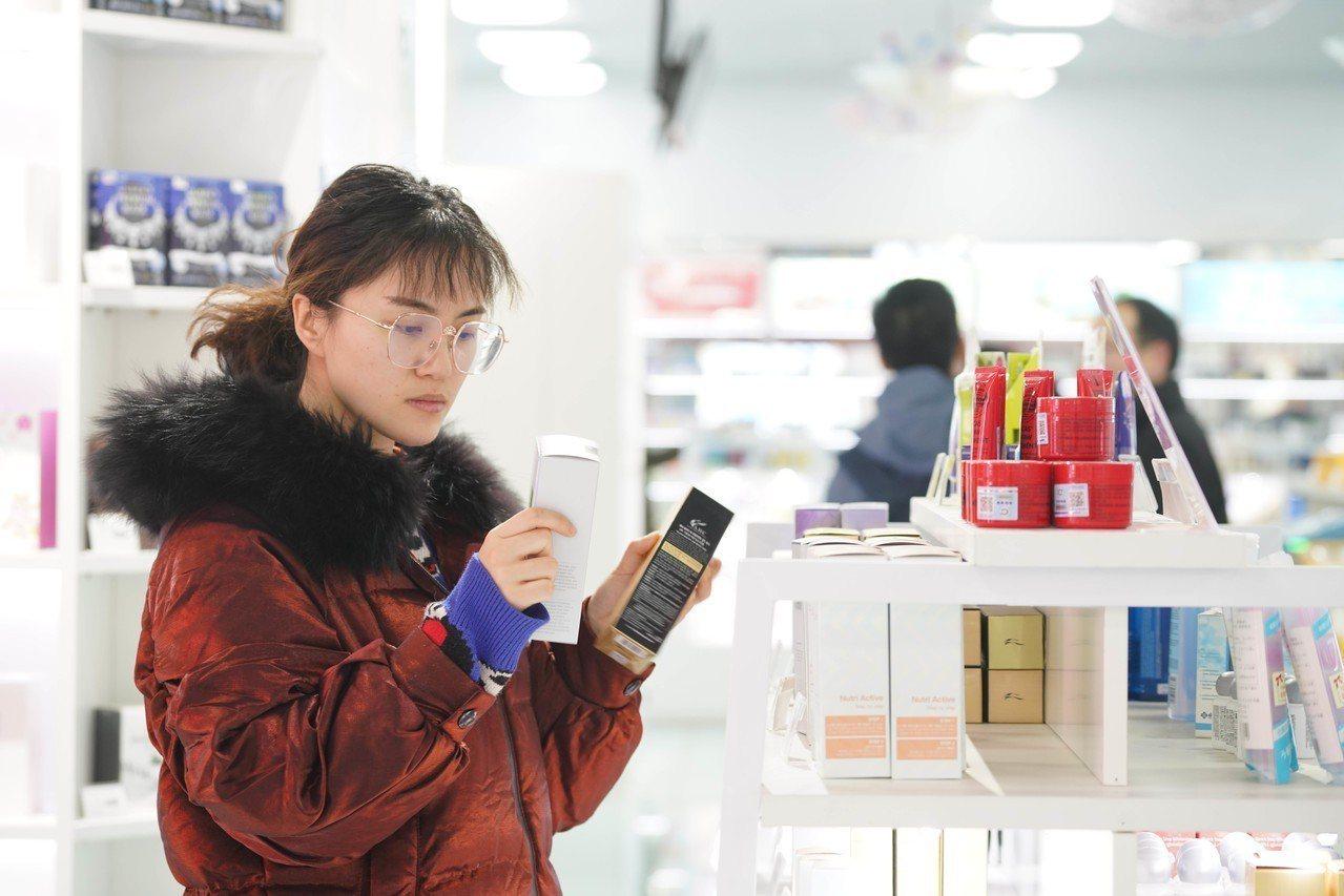 大陸電子商務發展快速,大陸消費者已可足不出戶即購買世界各地商品。圖為河南鄭州一名...