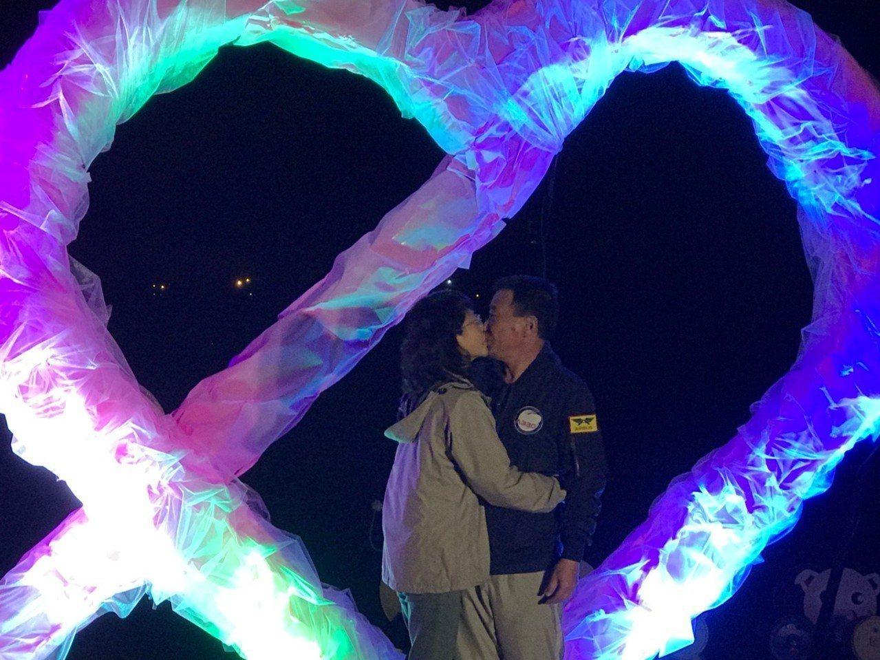 明天(2月14日)西洋情人節,宜蘭縣三星鄉公所今晚增添浪漫新景點,為安農溪畔的雙...