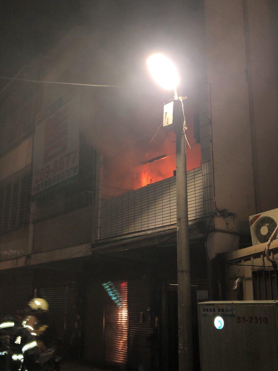 台南市東區仁和路民宅火災,2樓冒出大火。記者黃宣翰/翻攝
