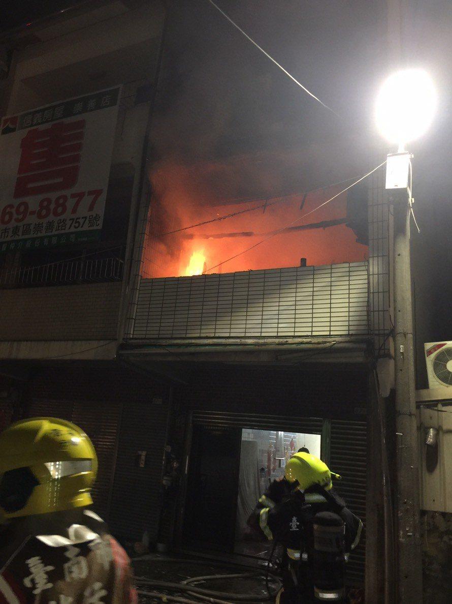 台南市東區仁和路民宅火災,起火點在2樓。記者黃宣翰/翻攝
