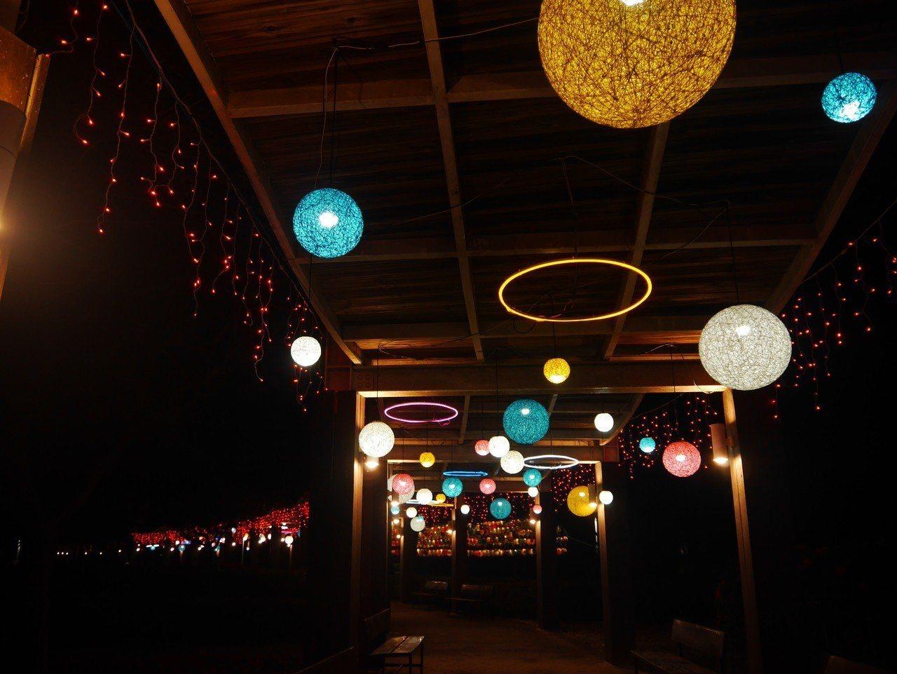 縣府在溪州公園舉辦花在彰化活動,配合花燈營造白天賞花,夜間賞燈的浪漫情境。圖/報...