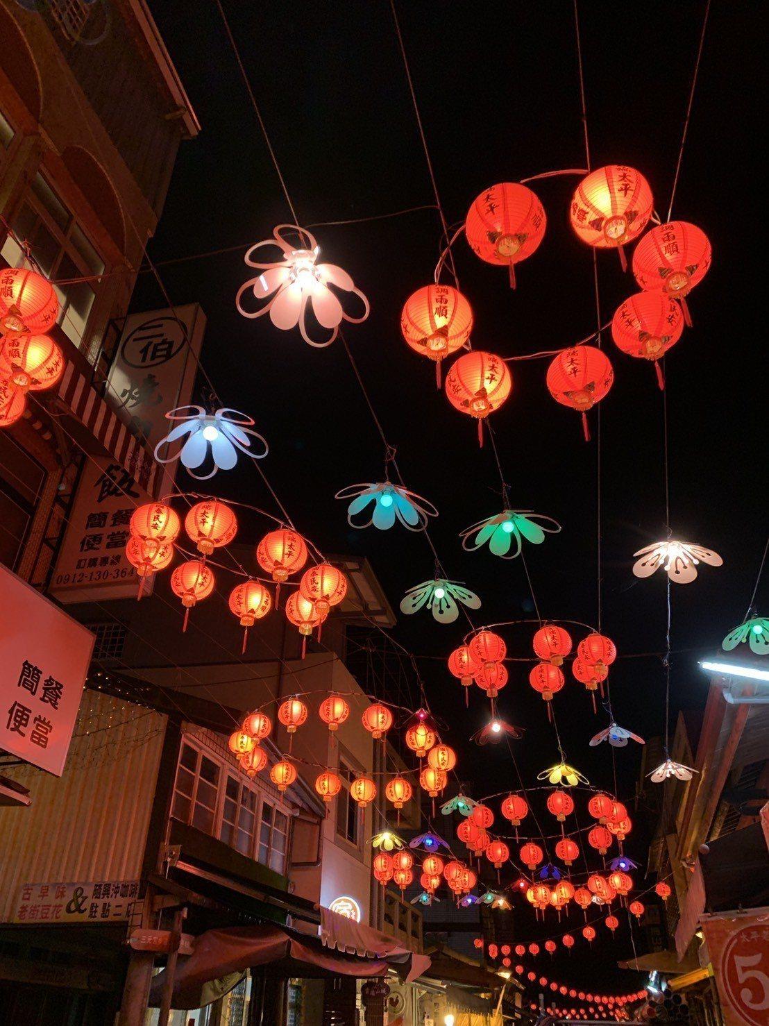 梅山太平地區,以「一抹紅韻」為主題,營造專屬太平元宵節的山村老街燈會。圖/阿里山...