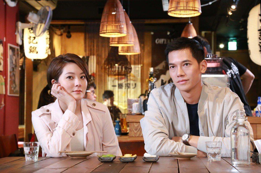 梁瀚名(右)劇中把紅線交給女友楊雅筑。圖/TVBS提供