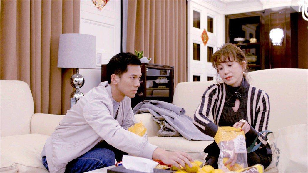 梁瀚名(左)劇中有「虎媽」周丹薇。圖/TVBS提供