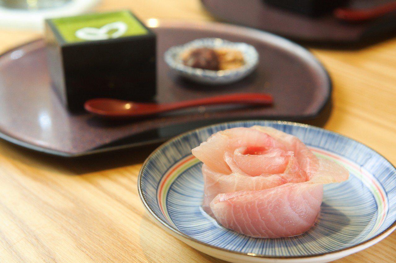 情人節特別推出的玫瑰花瓣造型生魚片。記者陳睿中/攝影