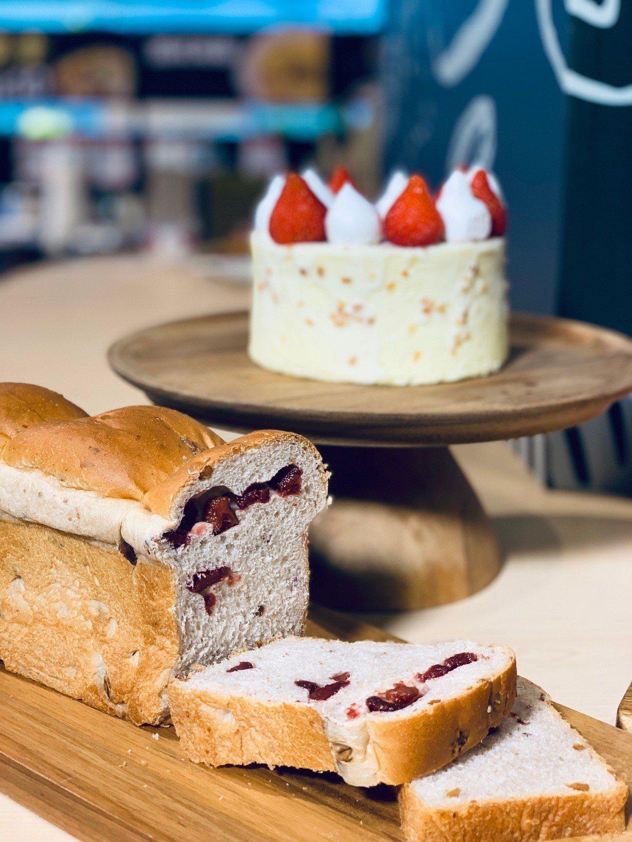 世界冠軍荔香草莓吐司(前)售價298元/條;巴伐利亞草莓牛奶蛋糕(後)售價398...