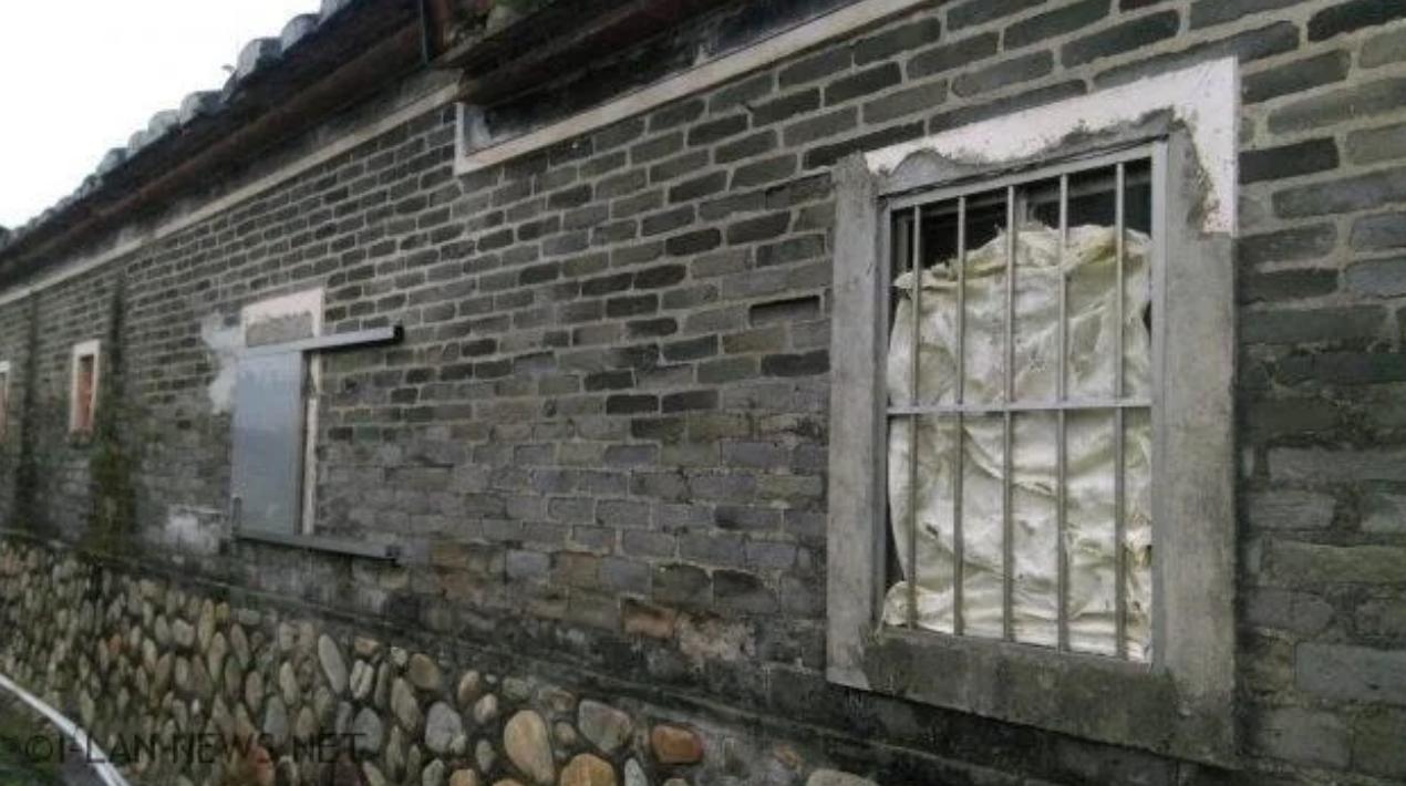 宜蘭「林燈古厝」的窗戶、屋瓦破損嚴重,必須緊急防護搶修。圖/讀者提供