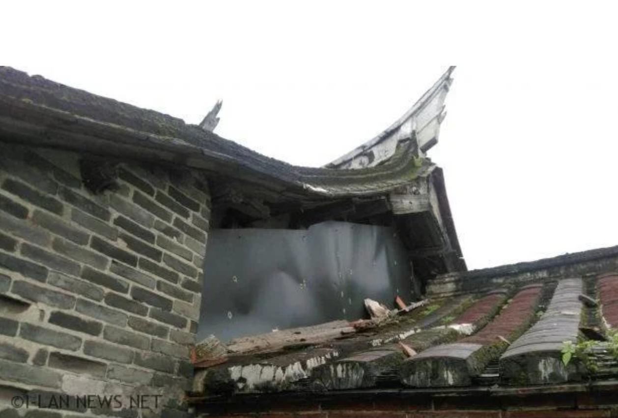 宜蘭林宅古厝的窗戶、屋瓦破損嚴重,必須緊急防護搶修。圖/讀者提供