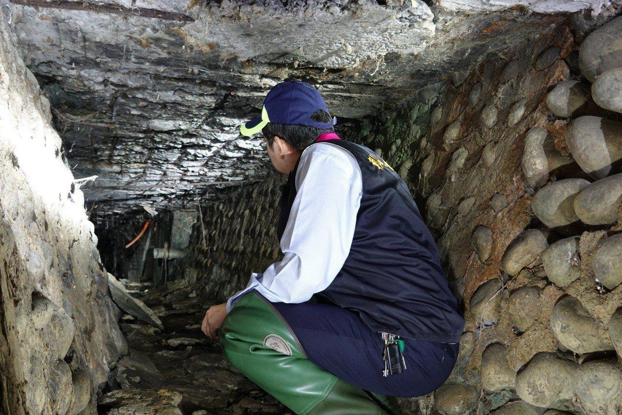 彰化地檢署檢察官鑽進涵洞勘查電鍍業者,利用塑膠軟管將廢水直接排入灌溉渠上游的證據...