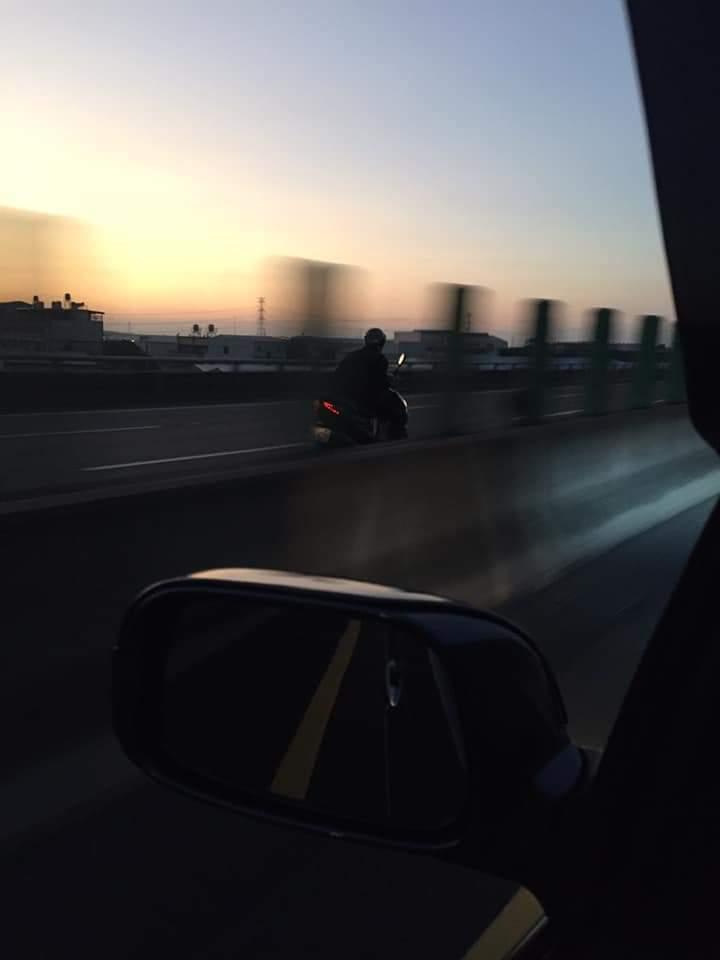 黃姓機車騎士逆向騎上國道三號內側車道。圖/翻拍爆料公社