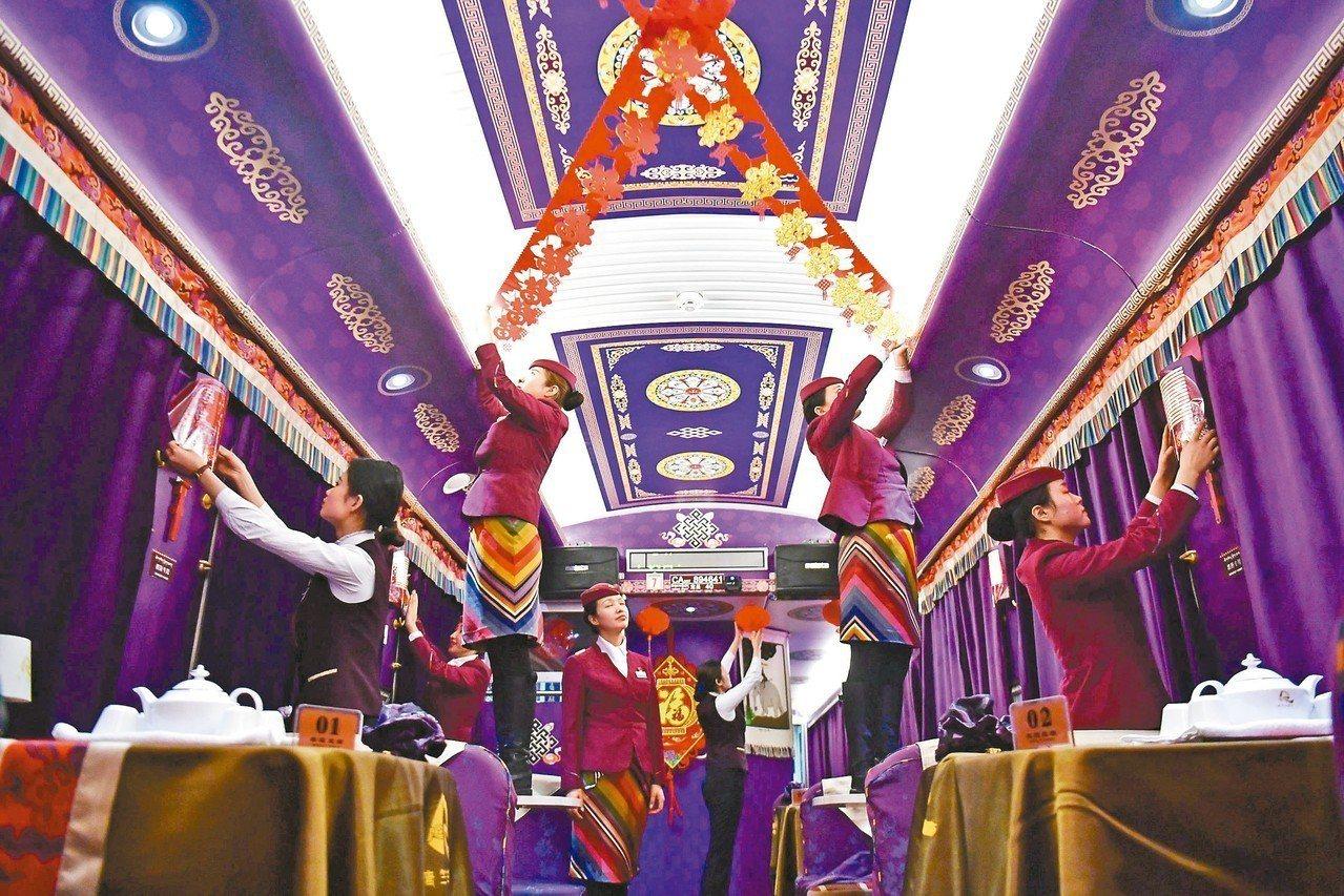 青藏鐵路「唐竺古道號」列車上的餐車布置美景。 (新華社)