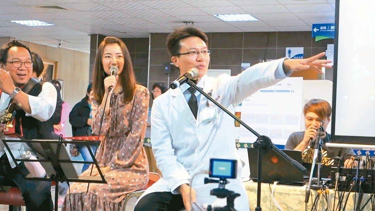 屏醫內科部長黃炯棠(右)結合衛教舉辦溫馨情人節音樂會,比照電台模式,希望民眾在輕...