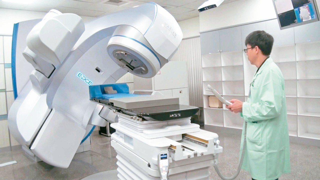 最新型的「Varian EDGE 6D速鋒刀」,可更加精準針對腫瘤進行治療。 記...