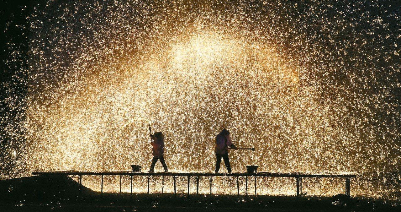 春節期間,河北遵化市亞太廟會舉辦「打樹花」實景民俗表演。 新華社
