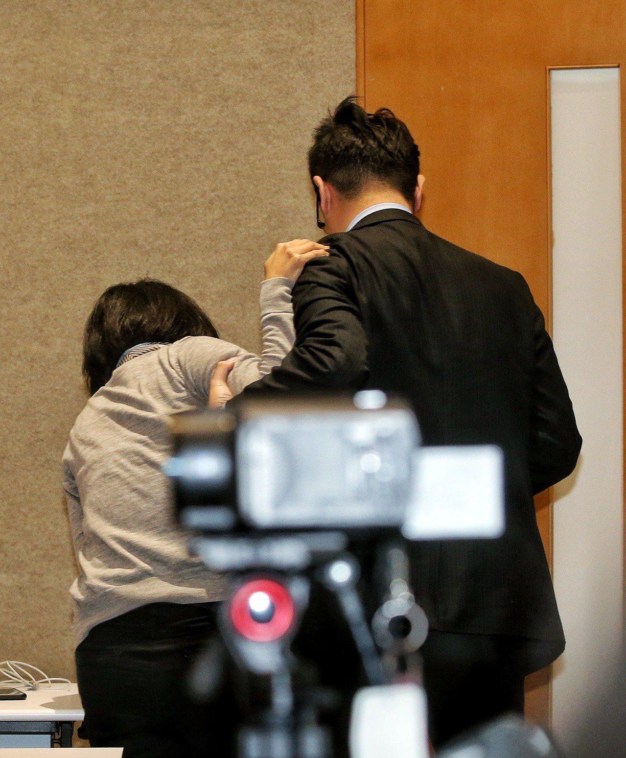 華航通宵勞資協商,華航法務部經理單嘉玲(左)疑似身體不適在同事攙扶下離場。 記者...