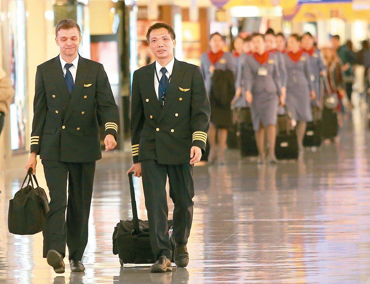 華航機師罷工今進入第七天,勞資雙方也將進行第四度協商,是否暫停招募外籍正機師、外...