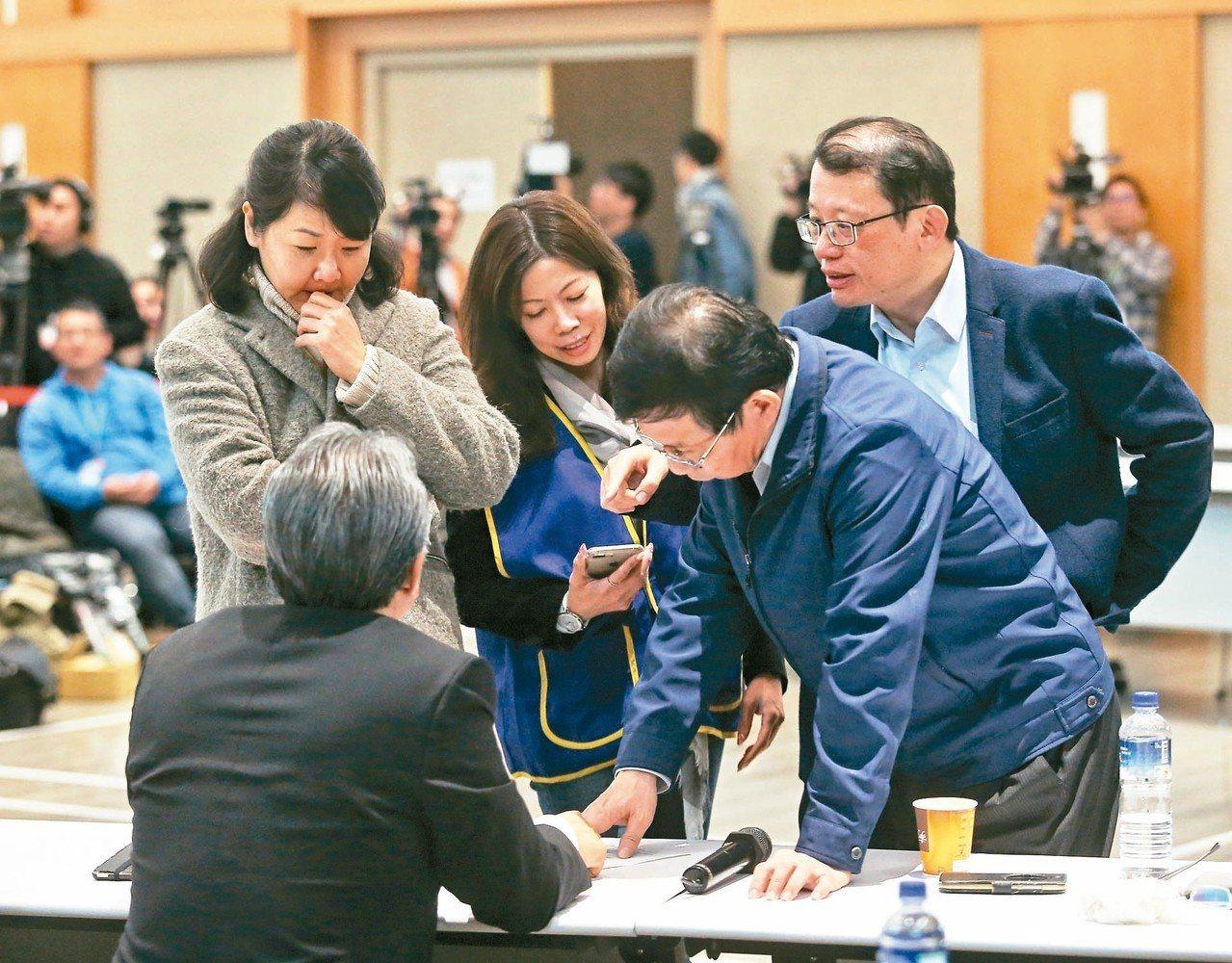華航機師罷工爭議昨凌晨進行「紅眼協商」。 記者鄭清元/攝影