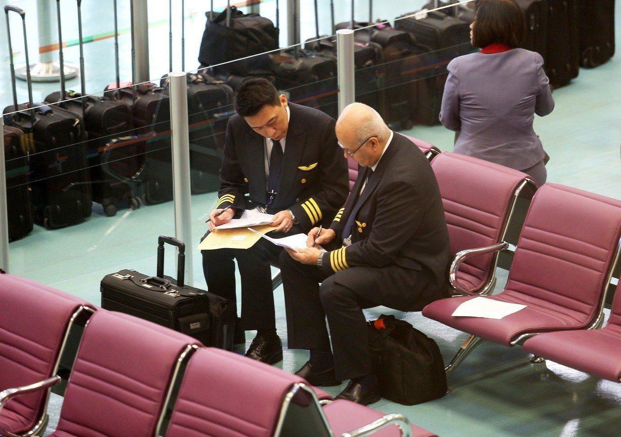 華航部分機師罷工爭權益,仍有堅守崗位的機師值勤疏運旅客。圖為一位華航外籍機長(右...