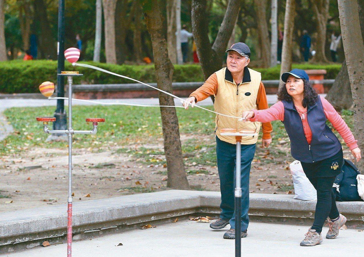 觀光局鼓勵旅行社帶銀髮族在國內旅遊,有意擴增一倍經費。圖為長者在公園內運動。記者...