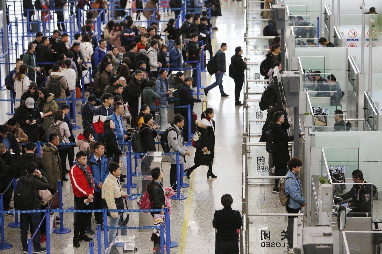 大陸法院累計發佈失信被執行人名單1277萬人次,限制購買飛機票1746萬人次。 ...
