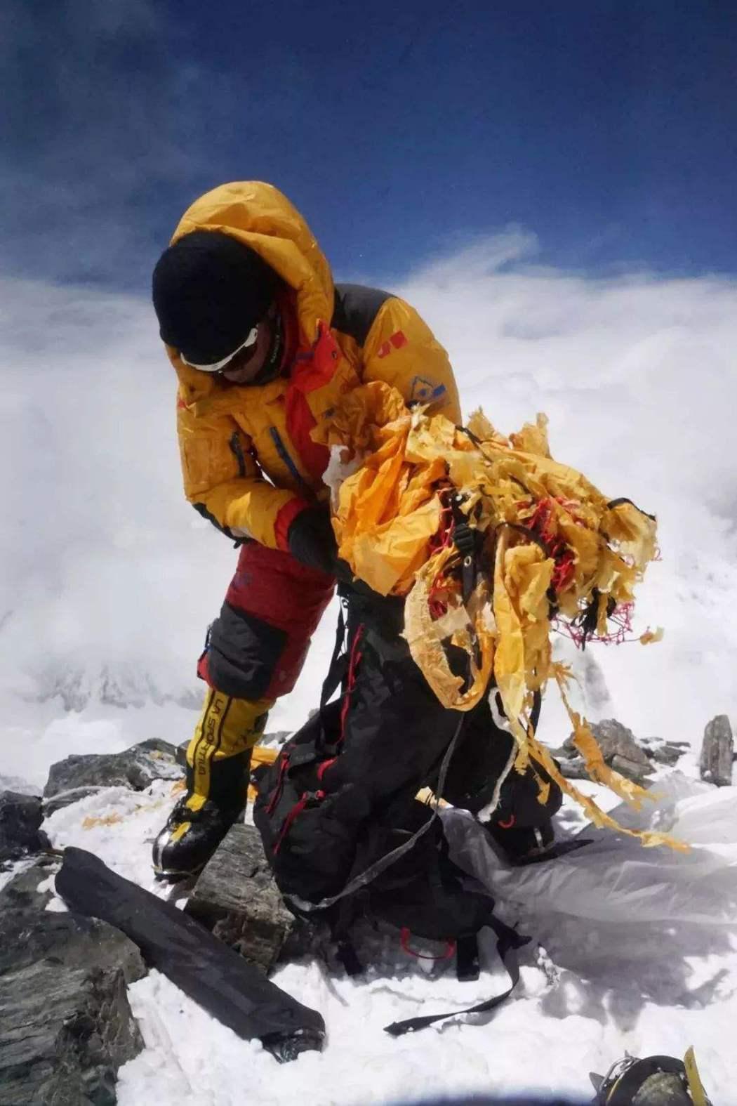 登山教練次仁旦達因協助清運珠穆朗瑪峰上的垃圾,獲新華社評選為「中國網事.感動20...