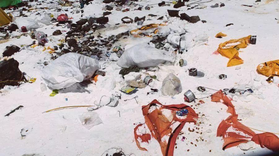 在通往珠穆朗瑪峰的路上,不時能看見垃圾遍布。(網路照片)