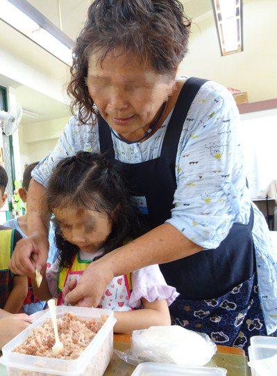 台南下營黃姓阿嬤(右)與一對孫子喪生火場,嬤孫感情好。記者吳淑玲/翻攝
