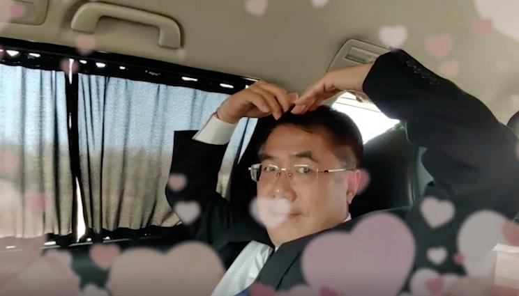 台南市長黃偉哲在車上接受臉書小編快問快答,最後祝大家情人節快樂。 圖/擷自黃偉哲...