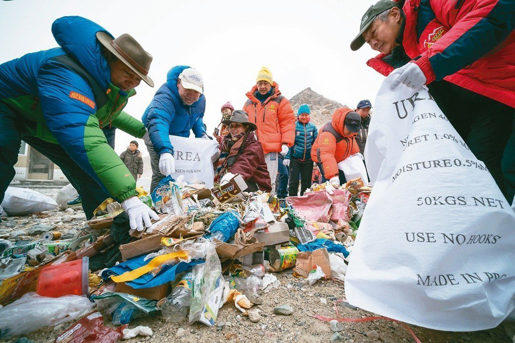 西藏喜馬拉雅高山環境保護基金會,去年在珠峰北坡大本營清掃垃圾。(中新社)