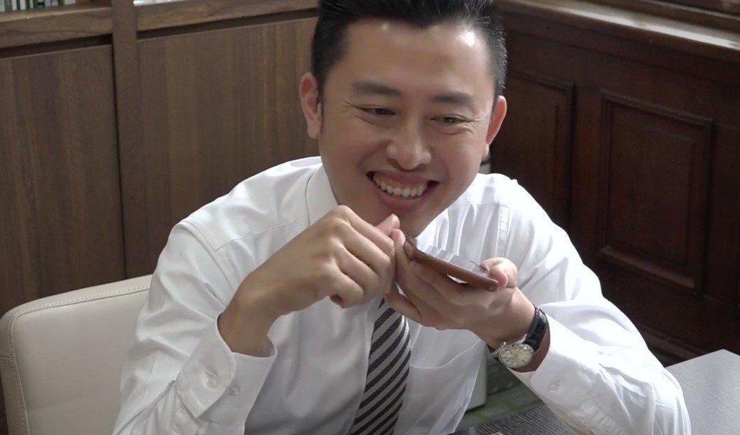 新竹市長林智堅昨在臉書直播打電話給妻子示愛,想不到是小女兒接電話,不禁嘴角失守,...
