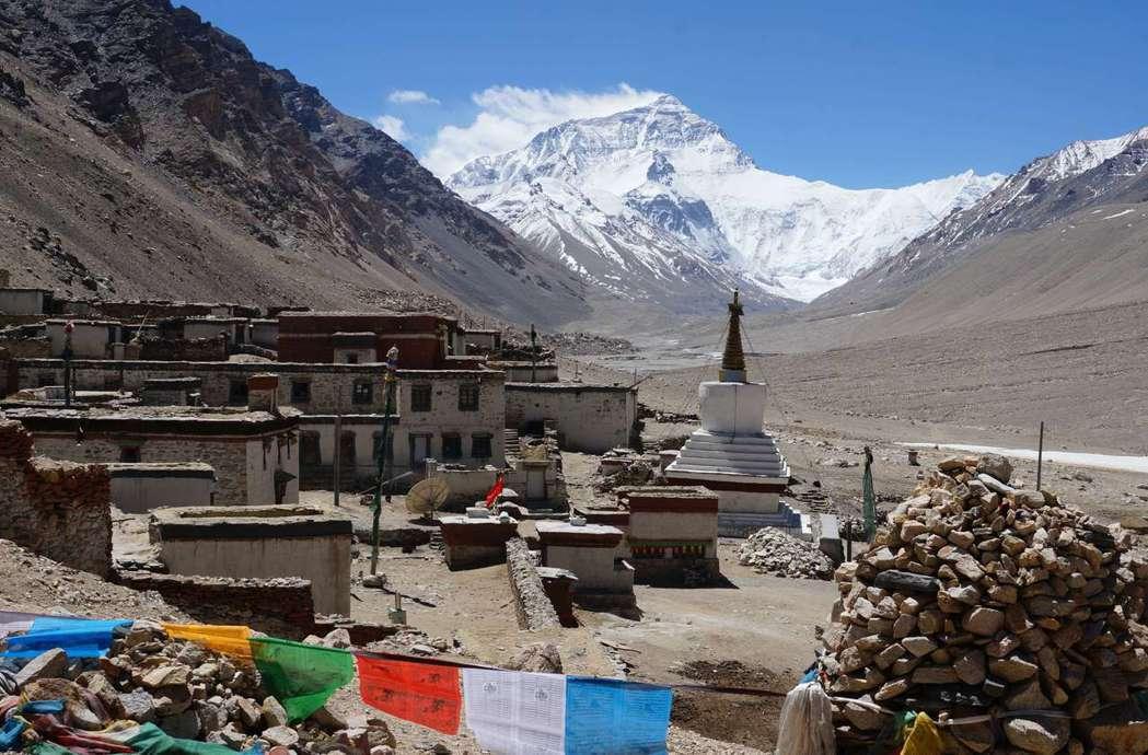 世界海拔最高的絨布寺,是距珠穆朗瑪峰最近的寺廟。(新華社)