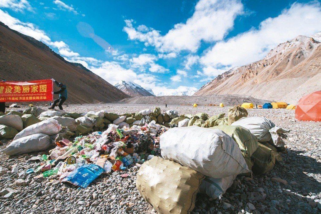 珠峰北坡待歸類整理的生活垃圾。(中新社)