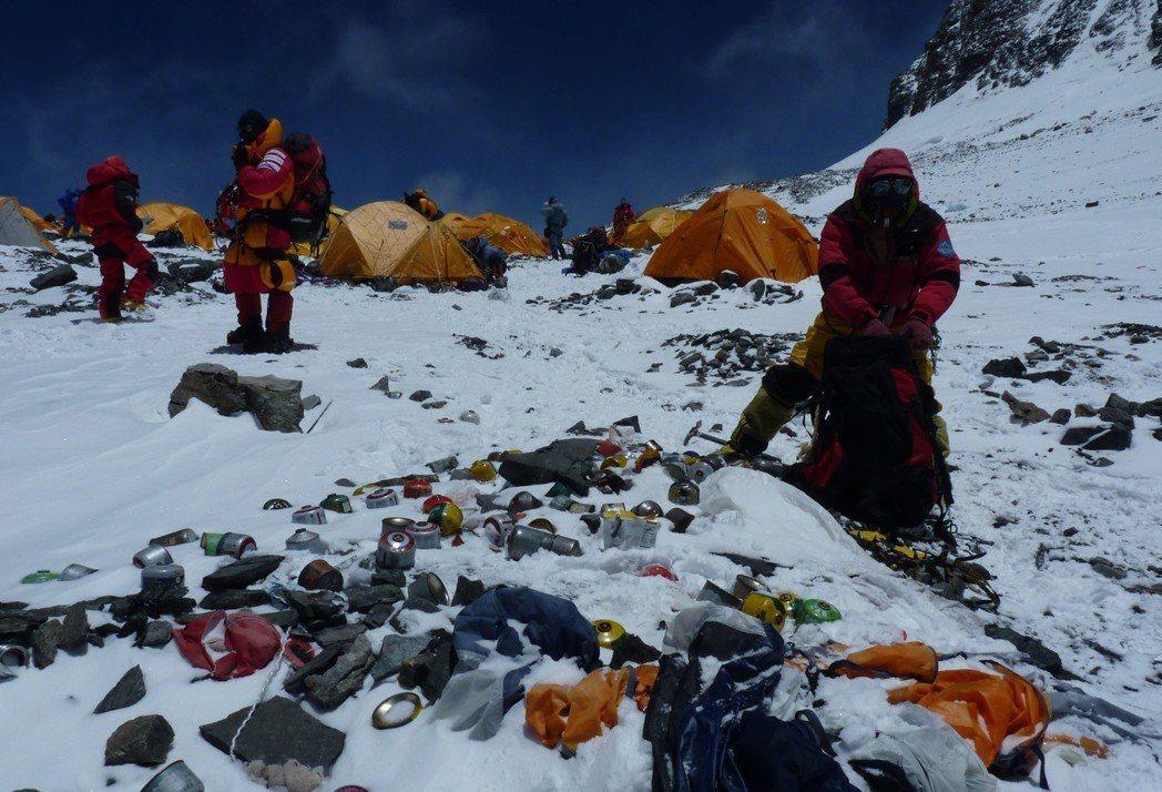 珠穆朗瑪峰白雪皚皚,巍峨壯麗,那裏覆蓋著數量巨大的各種垃圾,被稱為世界上最高的垃...
