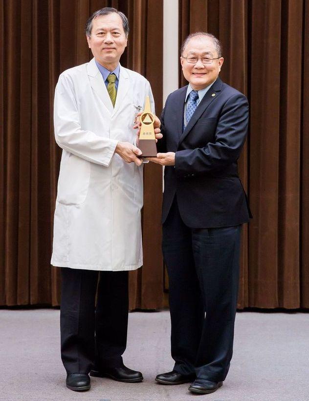 全國團結圈決賽主席頒發第一名(金塔獎)給台灣高鐵公司,由維修處史明嘉副總代表授獎...
