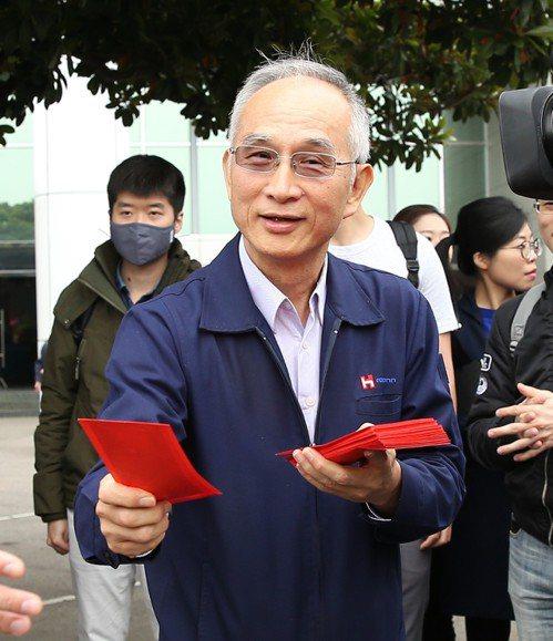 鴻海集團上午舉行開工儀式,由鴻海副總裁呂芳銘擔任主祭。 記者林澔一/攝影